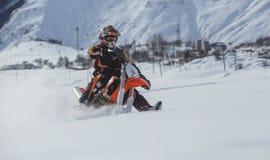 Viagem do carro de neve do snowbike de Enduro com a bicicleta da sujeira alta nas montanhas Foto de Stock Royalty Free