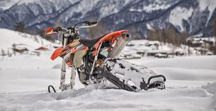 Viagem do carro de neve do snowbike de Enduro com a bicicleta da sujeira alta nas montanhas Imagem de Stock Royalty Free
