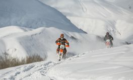 Viagem do carro de neve do snowbike de Enduro com a bicicleta da sujeira alta nas montanhas Imagem de Stock