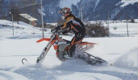 Viagem do carro de neve do snowbike de Enduro com a bicicleta da sujeira alta nas montanhas Foto de Stock