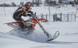 Viagem do carro de neve do snowbike de Enduro com a bicicleta da sujeira alta nas montanhas Imagens de Stock