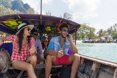 Viagem do curso das férias do mar dos amigos do oceano do barco de Tailândia da cauda longa da vela do turista do grupo dos joven fotos de stock royalty free