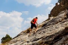 Viagem do homem no terreno montanhoso fotografia de stock royalty free