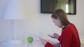 Viagem do planeamento da menina com mapa e smartphone na tabela de funcionamento video estoque