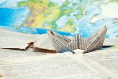 A viagem do ` s do navio no porto do livro e no mundo das palavras imagem de stock royalty free