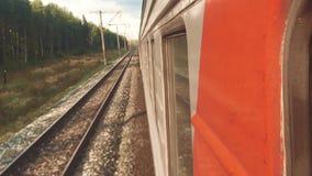 Viagem do vagão do trem do curso do conceito Vista através da janela do trem dos vagões na composição que passa a natureza vídeos de arquivo