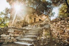 A viagem do verão coloca colunas da vegetação da arquitetura de greece fotografia de stock royalty free