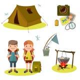 Viagem do verão com barracas, potenciômetro nos turistas da floresta com trouxas e jantar na estaca Fotografia de Stock