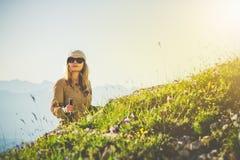 Viagem do verão do conceito do estilo de vida do curso do alpinismo da mulher do viajante Fotografia de Stock
