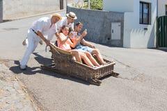 Viagem em declive tradicional do pequeno trenó em Madeira, Portugal Foto de Stock