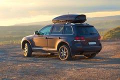 Viagem em SUV no terreno montanhoso Fotografia de Stock Royalty Free