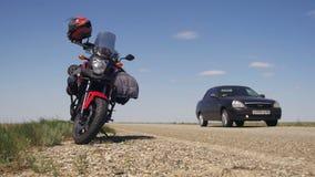 Viagem em uma motocicleta Curso de Moto A motocicleta está perto da estrada e carros da passagem vídeos de arquivo