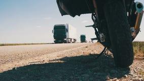 Viagem em uma motocicleta Curso de Moto A motocicleta está perto da estrada e carros da passagem video estoque
