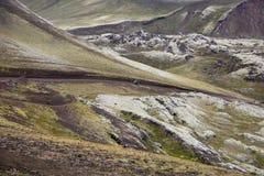 Viagem em uma motocicleta em montanhas de Landmannalaugar imagem de stock
