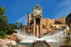 Viagem enjoing dos povos ao passeio da água de Atlantis em Seaworld fotos de stock