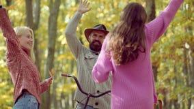 Viagem exterior das f?rias do feriado Povos ativos outdoors Pares com bicicleta do vintage filme