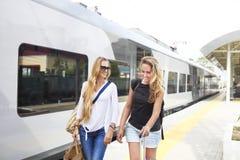 Viagem fêmea dos amigos das moças felizes Fotos de Stock