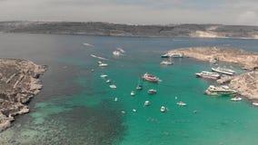 A viagem luxuosa, o lote de barcos de prazer e iate e os turistas dos povos nadam na água do mar de turquesa nas lagoas entre ilh filme