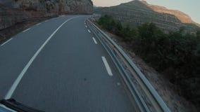 Viagem na camionete japonesa pequena nas montanhas vídeos de arquivo