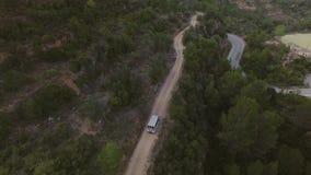 Viagem na camionete japonesa pequena nas montanhas video estoque