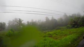 Viagem na ilha de Indonésia Bali em um dia chuvoso e gravação vídeos de arquivo