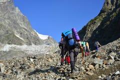 Viagem nas montanhas caucasianos em Geórgia Imagens de Stock