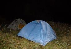 Viagem no acampamento ajustado do prado na noite do ar livre Imagens de Stock Royalty Free