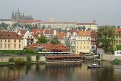 Viagem no rio de Vltava Um bote está movendo-se lentamente ao longo da costa imagem de stock