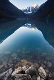 Viagem a pé através dos vales da montanha Beleza dos animais selvagens Altai, a estrada aos lagos Shavlinsky, Rússia Picos de nev Fotos de Stock Royalty Free