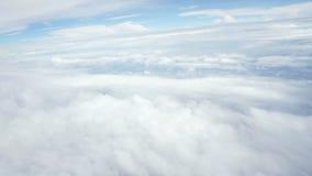 Viagem pelo ar acima das nuvens Vista através de uma janela do avião video estoque