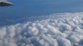 Viagem pelo ar Opinião de olho de pássaro através de uma janela do avião Cloudscape bonito filme