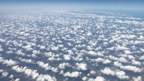 Viagem pelo ar Vista através de uma janela do avião video estoque