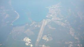 Viagem pelo ar Voo sobre Montenegro Vista através de uma janela do avião Em setembro de 2016 filme