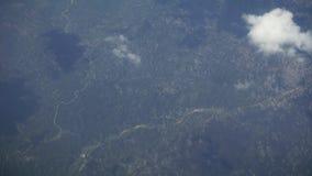 Viagem pelo ar Voo sobre Montenegro Vista através de uma janela do avião Em setembro de 2016 Nuvens vídeos de arquivo