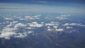 Viagem pelo ar Voo sobre Montenegro Vista através de uma janela do avião UHD video estoque