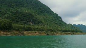 Viagem pelo barco abaixo do rio video estoque
