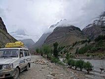 Viagem pelo carro através dos Himalayas Imagens de Stock Royalty Free