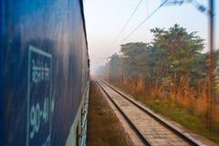 Viagem pelo trem na Índia Vista de uma porta aberta do trem Foto de Stock