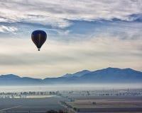 Viagem sobre o vale de Tequisquiapan, México do balão imagens de stock