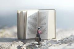 Viagem surreal de uma mulher dentro da história de um livro aventuroso imagens de stock
