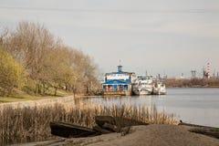 Viagens do rio nos barcos. imagens de stock