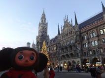 Viaggi attraverso la Germania con Cheburashka fotografia stock