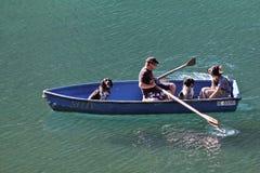 Viaggi della barca sui laghi svizzeri maestosi Padre e figlio in una barca in un lago Lago in Svizzera immagine stock libera da diritti