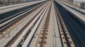 Viaggi moderni del treno sulle rotaie nel Dubai, UAE video d archivio