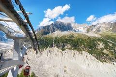 Viaggiando alle alte alpi francesi a Chamonix-Mont-Blanc fotografia stock libera da diritti