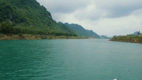 Viaggiando in barca giù il fiume video d archivio