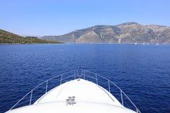Viaggiando in barca vicino alla costa dell'isola di Ithaca, mare ionico, Grecia immagine stock