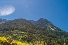 Viaggiando in bus in alpi italiane - poca città alpina altamente in montagne Fotografia Stock Libera da Diritti