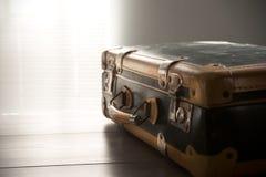 Viaggiando con una valigia d'annata Immagine Stock
