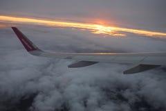 Viaggiando con Wizzair Bello tramonto variopinto fotografie stock libere da diritti